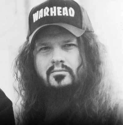 사진의 주인공은 2004년 관객에게 총으로 사망한 Pantera 의 기타리스트 Dimebag Darrell 입니다.